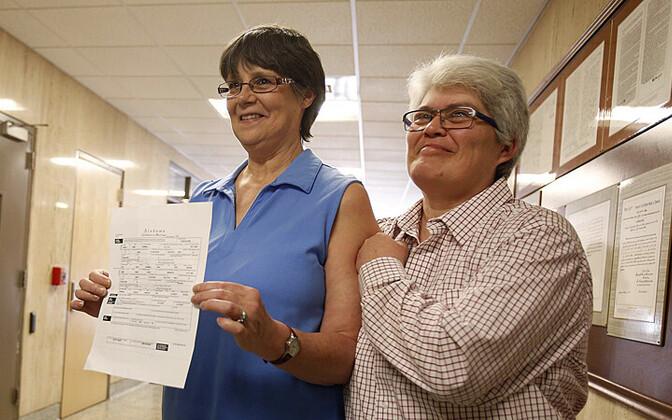Angela Channell (paremal) ja Dawn Hicks said 13. veebruaril 2015 esimeste samasoolistena Alabama osariigi Tuscaloosa maakonnas abielutunnistuse