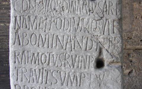 Ladinakeelne hauakivi Colosseumis.