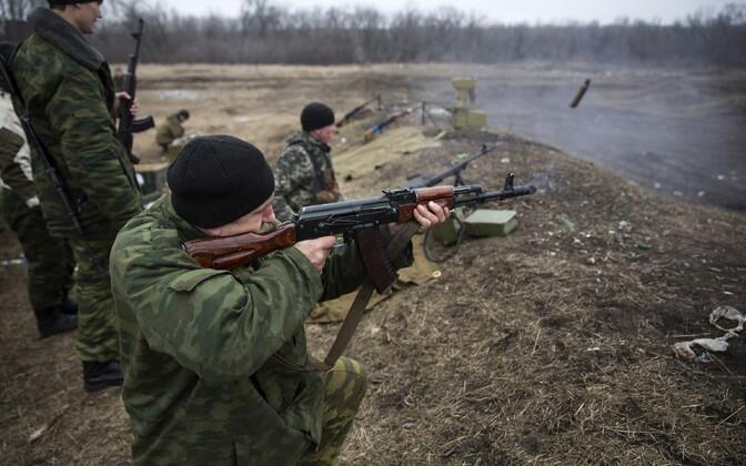 Vene-meelsed Donetski võitlejad laskmist harjutamas