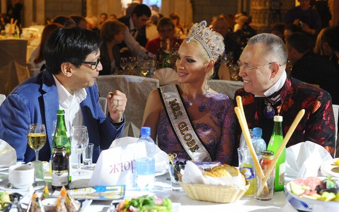 Miss Globe võitja Alisa Krõlova (keskel).