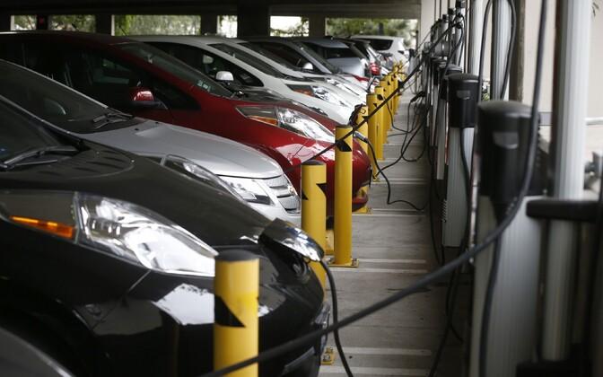 Elektriautod parkimismajas  laadimas.