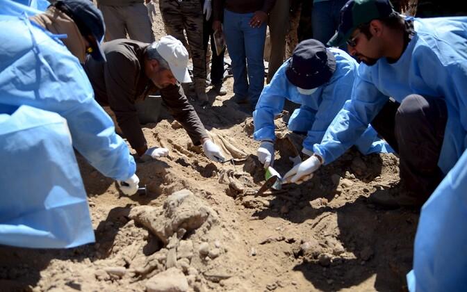 Iraagi eksperdid Speicheri baasi massihauda lahti kaevamas, 2015. aasta 6. aprill.