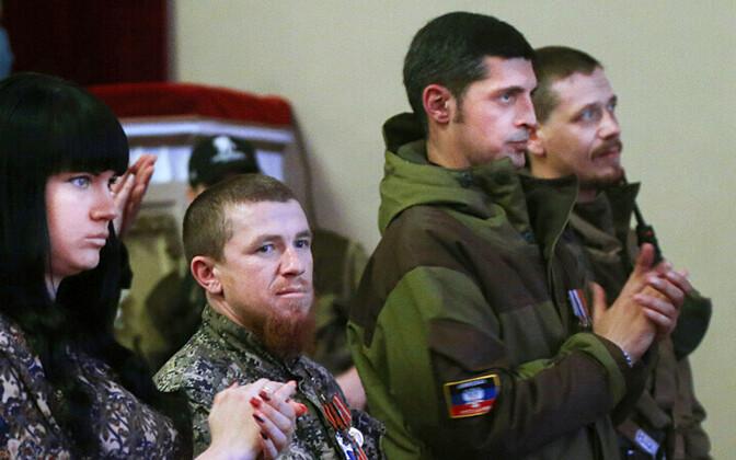 Arseni Pavlov alias Motorola (vasakult teine) 23. veebruaril Donetskis vene laulja Jossif Kobzoni kontserdil