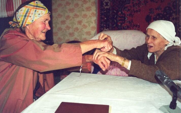 """Simbirski eestlased Olga Maksimova (Varol) ja Alviine Kraineva (Jaagant) mängimas mängu """"Tii-tii, tihane""""."""