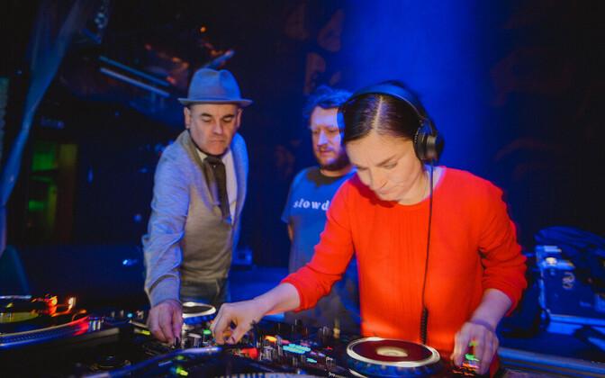 Helilooja Helena Tulve plaate keerutamas, Mutant Disco DJ-d Rhythm Dr ja Siim Nestor assisteerimas