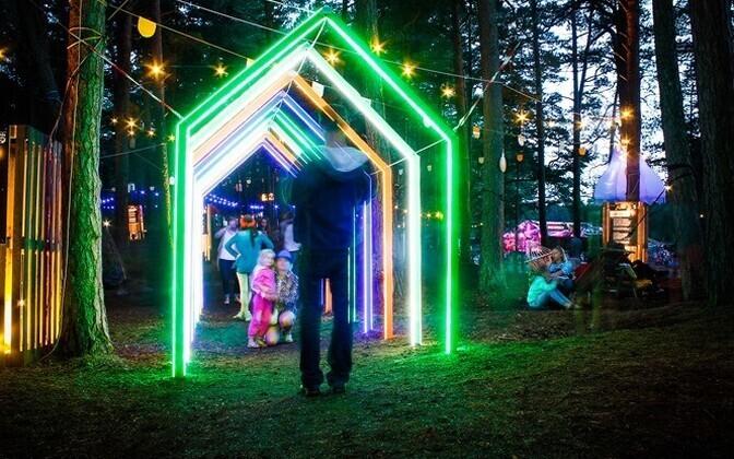 Atis Izandsi ja Oskars Zaraksi loodud valguslahendus 2014 aasta Positivus Festivalil