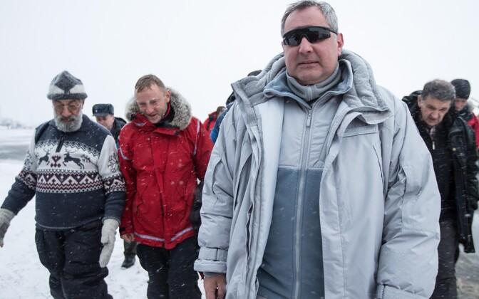Dmitri Rogozin (esiplaanil) Teravmägedel