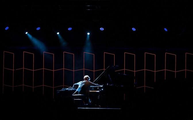 Hauschka teeb klaverist kummalise löökpilli, rütmiinstrumendi, teistsuguse muusika loomise vahendi.