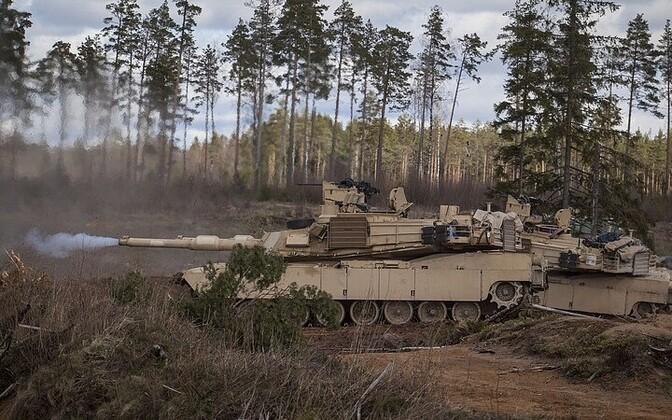 Американский танк M1A2 Abrams на центральном полигоне в Эстонии.