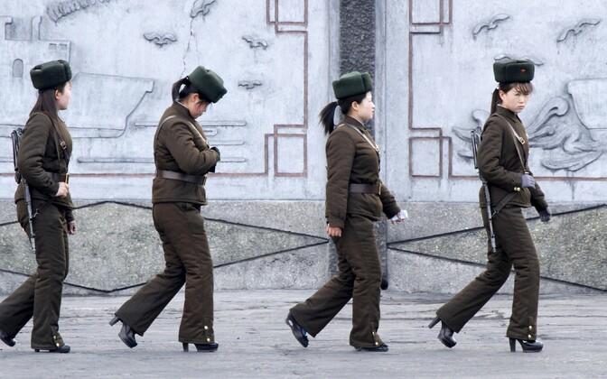 Põhja-Korea piirivalvurid patrullimas Yalu jõe kallastel