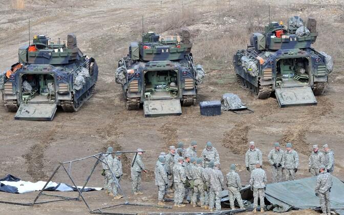 Bradley soomukid ja USA sõjaväelased Lõuna-Korea õppustel