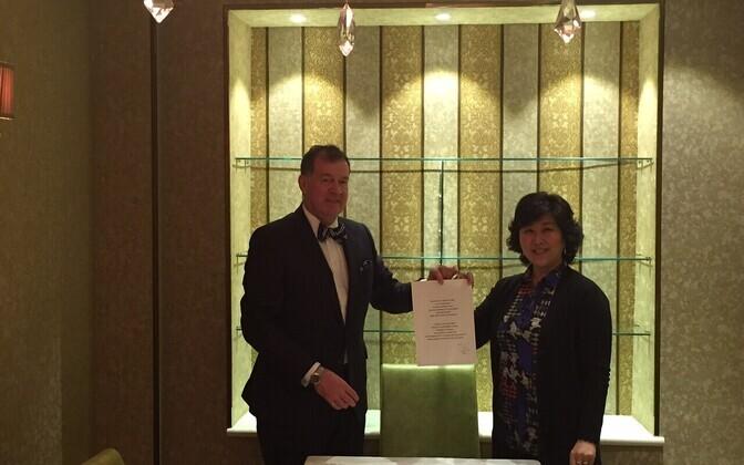 Välisministeeriumi asekantsler Mart Laanemäe ja Eesti aukonsul Mongoolias Khulan Lkhagvasuren.