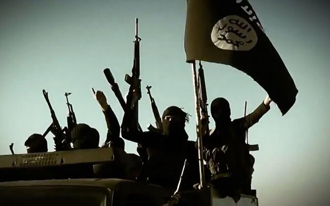 ISIS-e võitlejad lipuga