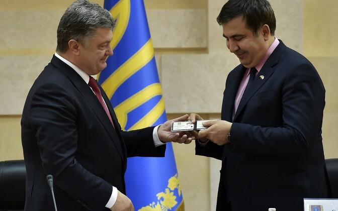 Porošenko Saakašvilile Ukraina isikutunnistust andmas