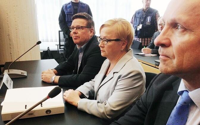 Jari Aarnio (vasakult esimene) ja tema advokaat Riitta Leppiniemi