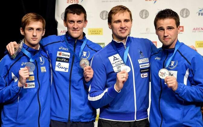 Eesti epeemeeskond koosseisus (vasakult) Peeter Turnau, Sten Priinits, Nikolai Novosjolov ja Marno Allika hõbemedalitega.
