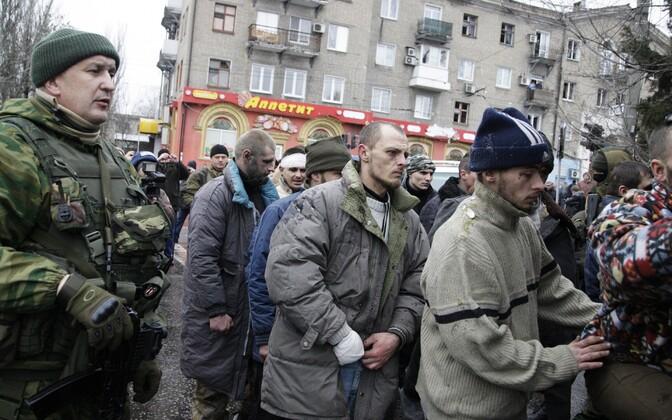 Kremli-meelsed võitlejad näitavad vangi võetud ukrainlasi Donetski tänaval (2015. aasta jaanuar)