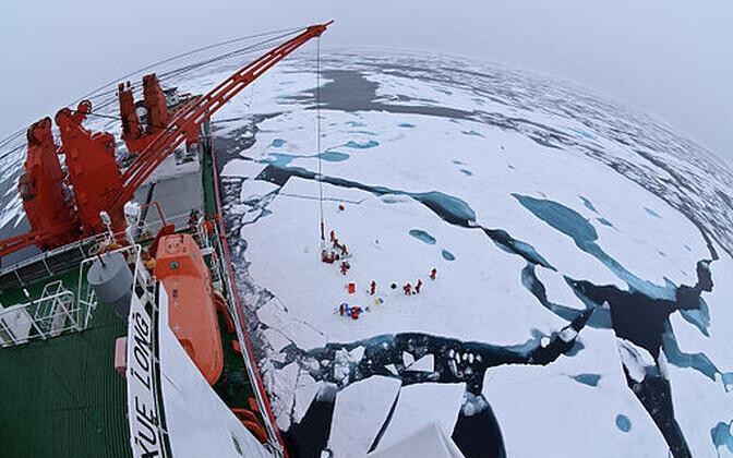 Triivjääl laager keset Põhja-Jäämerd nähtuna Hiina jäälõhkujalt Xue Long (Lumedraakon)