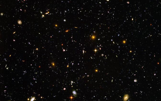 Hubble'i poolt pildile püütud kauged galaktikad.