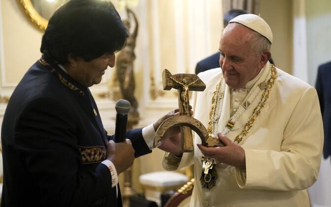 President Morales paavstile omapärast kingitust andmas
