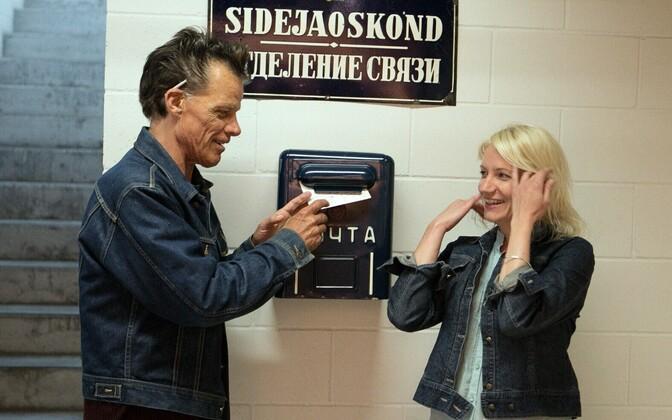 Heidi Paju ja Steve Vanon. Kunstnik Steve Vanoni paneb näituselt teele esimese kaardi, kaart on adresseeritud emale Californiasse.
