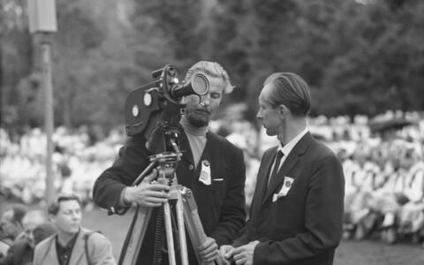 Eesti NSV 1970. aasta vabariiklik rahvatantsupidu Komsomoli-nimelisel staadionil: kaamera taga filmioperaator Hasso Vahi.