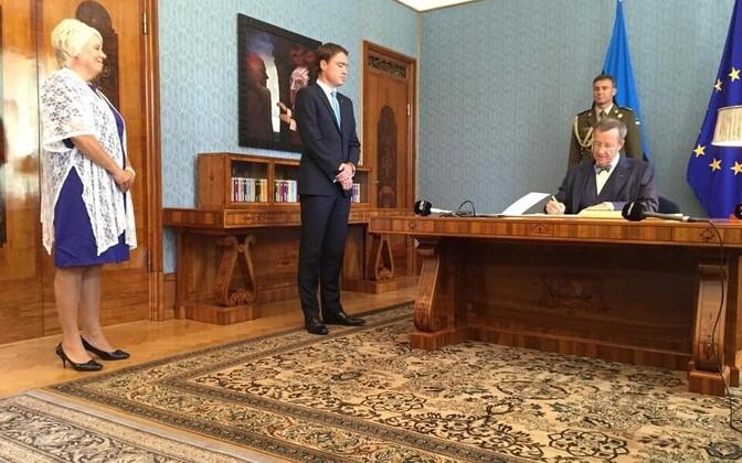 President Toomas Hendrik Ilves allkirjastas 2015. aasta suvel Kadriorus uue välisministri ametisse nimetamise otsuse.
