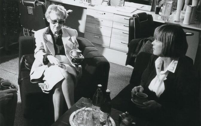 Ilon Wikland (paremal) illustreeris enamiku Astrid Lindgreni (vasakul) raamatuist. Seetõttu etendub ka Lindgreni näidend just Iloni Imedemaal.