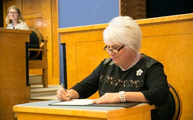 Välisminister Marina Kaljurand kirjutamas alla ametivandele