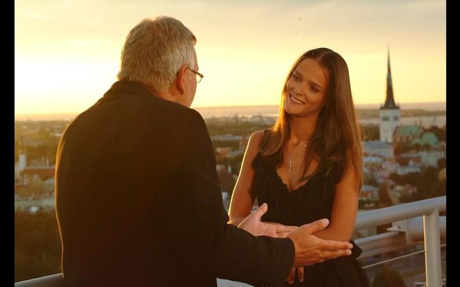 Urmas Ott interviewing model Carmen Kass