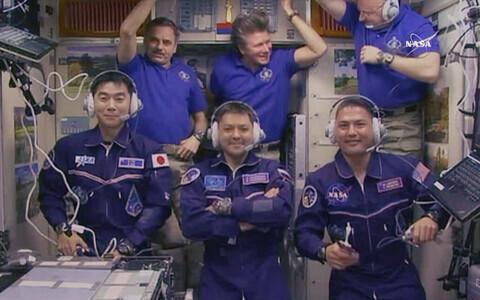 Expedition 44 meeskonnaliikmed, kes jõudsid täna hommikul rahvusvahelisse kosmosejaama. Esireas vasakult täna saabunud kosmonaudid Kimiya Yui, Oleg Kononenko and Kjell Lindgren. Teises reas juba varem kosmosejaamas olnud mehed Mihhail Kornienko, Gennadi P