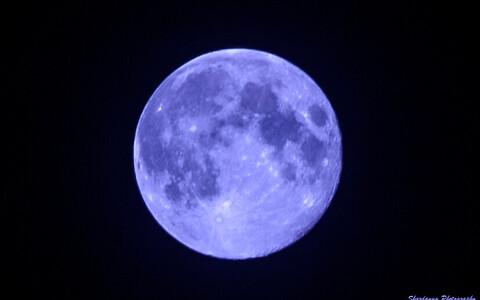 Sellist kuud täna taevas ei näe. Kuu on jätkuvalt kollane. Kui peaksite nägema midagi sellist nagu siin pildil, on tegu fototöötlusega, nagu ka siin fotol.