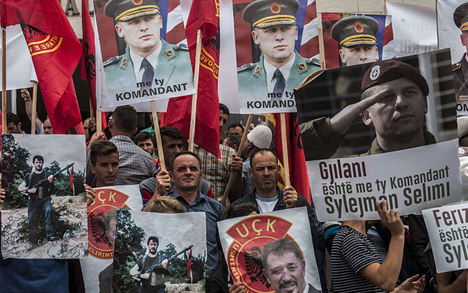 Meeleavaldusel Pristinas 17. juunil kanti 8 aastaks vangi mõistetud Kosovo Vabastusarmee juhi Sylejman Selimi portreesid