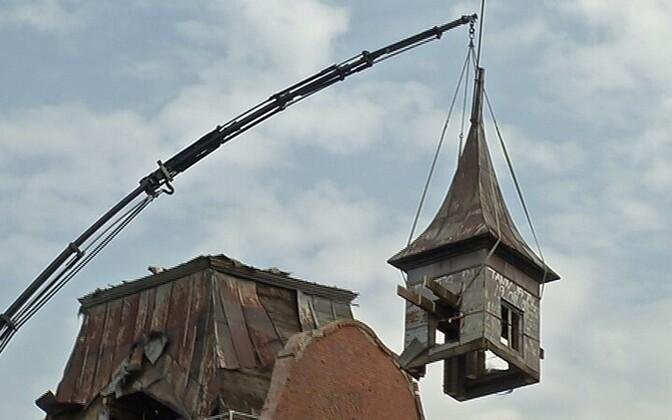 Neeruti mõisa tornikiiver vahetult enne mahaprantsatamist