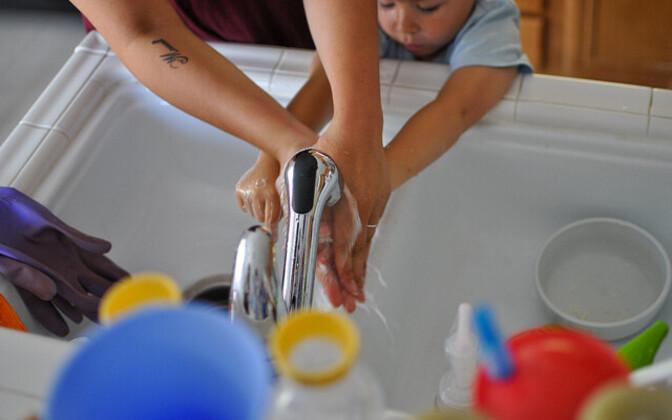 Мытье рук помогает снизить распространение вирусов.