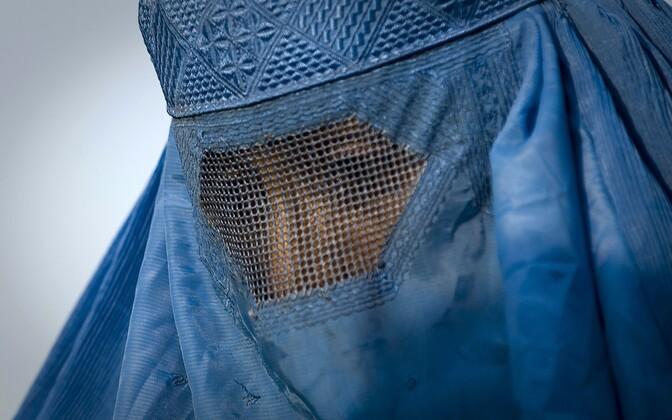 Burkat kandev naine.