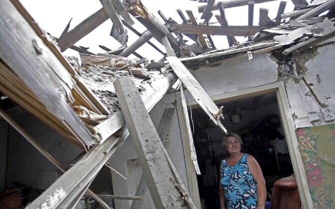 Donetski elanik oma kodu juures pärast pühapäevast pommitamist.
