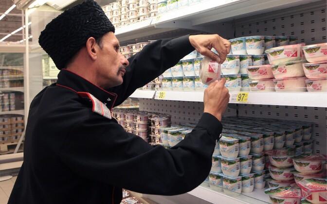 Kasakas 20. augustil Peterburi kaupluses toiduainete päritolu kontrollimas
