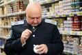 Kasakad Peterburi Auchani hüpermarketis keelatud toidukaupa otsimas