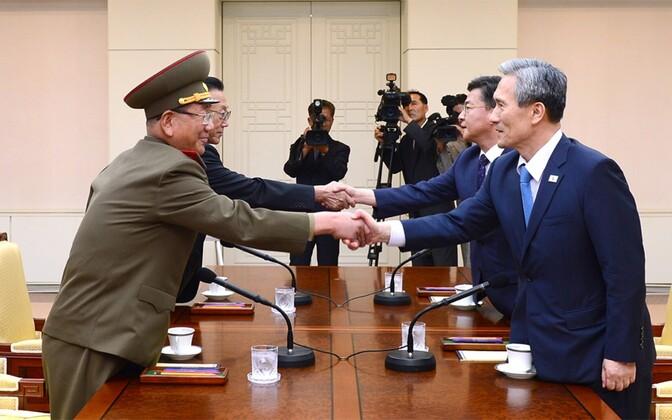 Põhja- ja Lõuna-Korea esindajad kohtumisel.