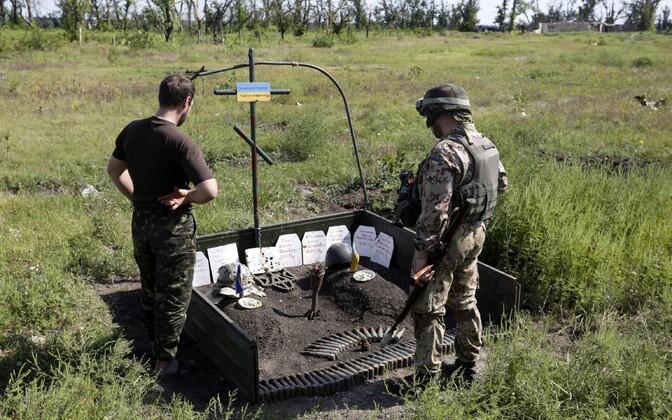Ukraina sõdurid Avdijivkas hukkunud võitluskaaslaste mälestusmärgi juures