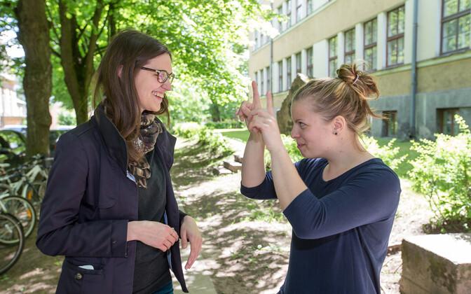 Gretel Murd pärast eksamit kursuseõe Reelika Kasega muljetamas.