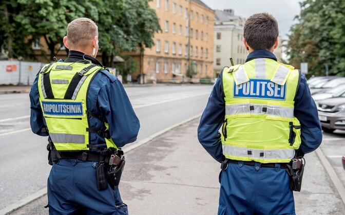 Eesti abipolitseinik ja politseinik koos patrullimas.