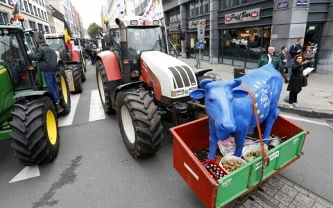 Фермеры стран ЕС провели акцию протеста перед зданием Еврокомиссии в Брюсселе.