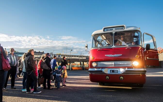 Выставка ретро-автобусов на автовокзале в Таллинне.