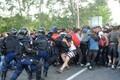 Ungari märulipolitseinikud ja migrandid Serbia piiril.