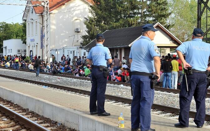 Horvaatia politseinikud ja migrandid Tovarniki raudteejaamas
