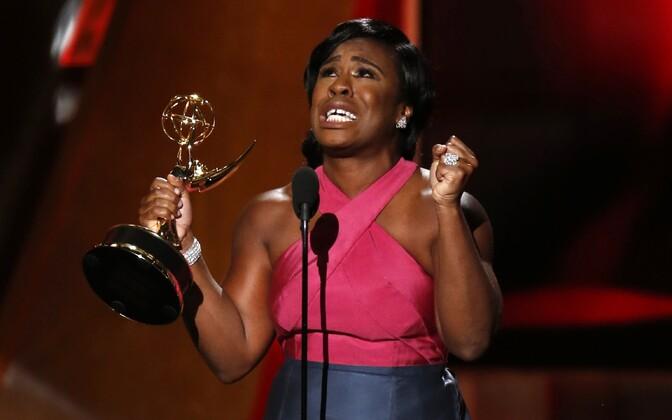 Uzo Aduba võtmas vastu parima naiskõrvalosa auhinda draamasarjas.