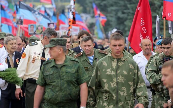 Donetski Rahvavabariigi võitlejad, keskel liider Aleksandr Zahhartšenko