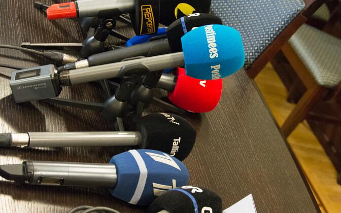 Eesti meediaväljaanded pressikonverentsi ootel.